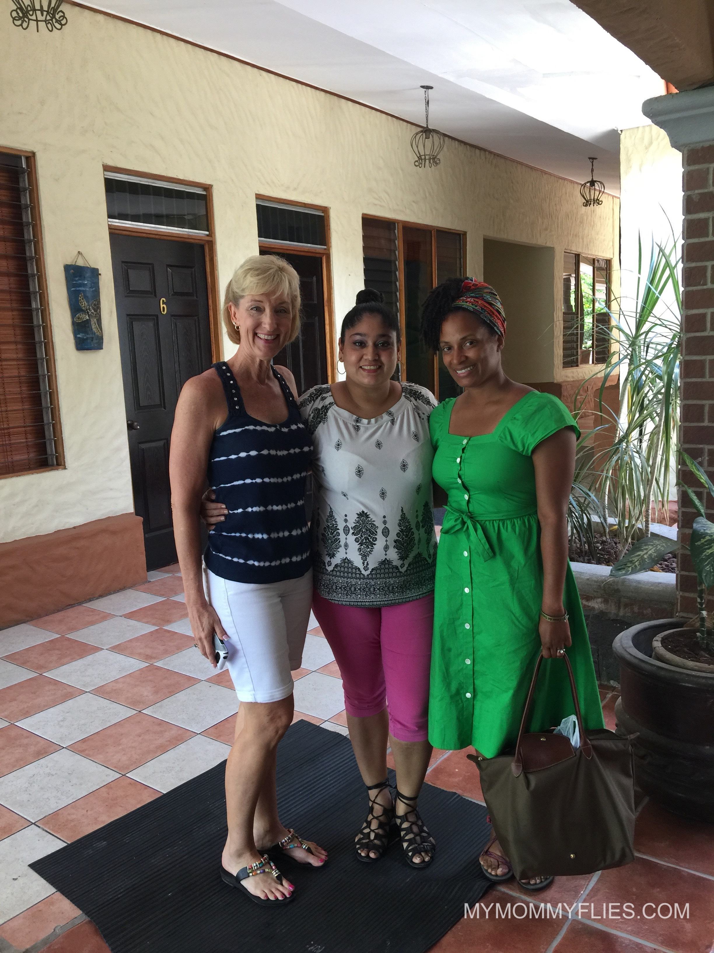Mi maestra señora Goudy, mi compañera de clase y yo el último día de clase a CPI de Costa Rica.